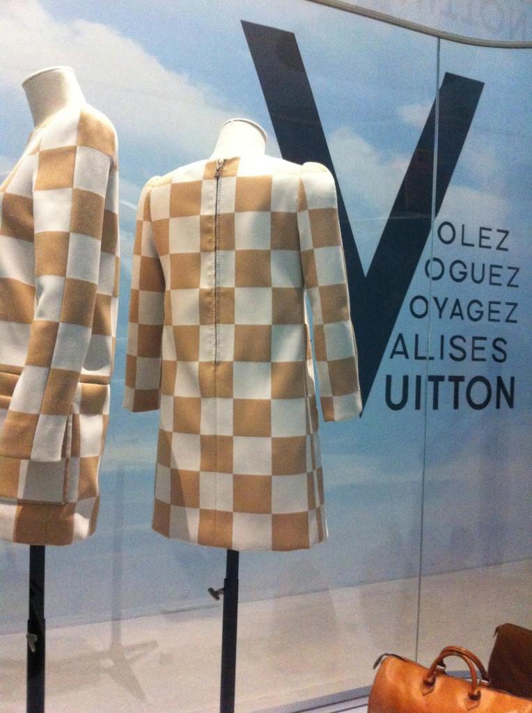 Exposition Louis Vuitton robe damier emblématique